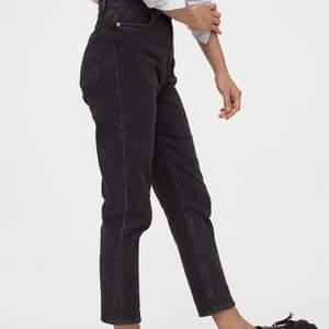 Säljer dessa slim mom jeans i stl 30 från hm då dem har blivit för stora. 70kr + frakt (pris kan diskuteras)