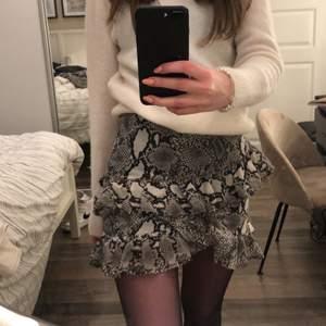 Supersöt kjol med lite volanger. Storlek 36 och passar XS-S. Köparen står för frakt.