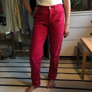 Ett par jeans som jag köpte second hand i Tallinn! Strl W30 L33, men passar mig som ofta har W27. Kan mötas upp i Göteborg, annars står du för frakt! ✌️☀️