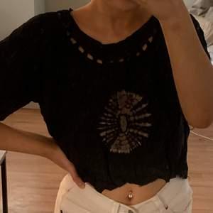 Säljer denna coola croppade tshirten med tryck både framtill och baktill. Tshirten är svart och har hål runt halsen. I storlek XL men sitter snyggt oversized på mig som är en xs/s på toppar. Säljes för 50kr eller bud + eventuell frakt 📦 🖤