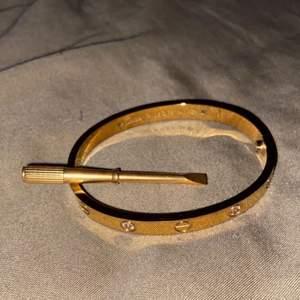 Säljer nu denna fina armband som inte längre kommer till användning. 1:1 kopia men man ser inte att det är en kopia. Använd få gånger och fortfarande topp skick, inga skador. Mått: 18cm. För fler bilder/info PM. Kan skickas med spårbar frakt, köparen står för fraktkostnaden. BUDA INTE om du inte ska köpa, endast seriösa köpare!
