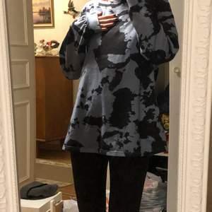 Säljer en långarmad tröja i storlek S/M som sitter ritkigt skönt. Inte så tjockt material men hyfsats. Har används Max 2 gånger. Tänkte att 50kr är lagom plus frakt (45)