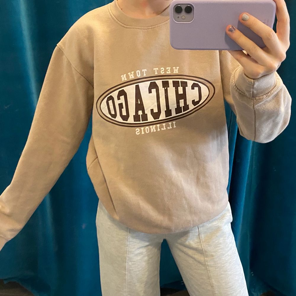 beige sweatshirt i storlek 36! ✨ trycket är lite skavt (tredje bilden) därav priset. Tröjor & Koftor.