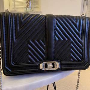 Trendig svart väska med snygg rem från Rebecca Minkoff!  Inköpt i Göteborg och i mycket bra skick!