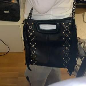 Säljer min superfina väska från Maje, större variant. Köpt förra året på Zalando för ca. 2300 kr. Märket på framsidan är tyvärr halvt bortskrapat (bild 1) och väskan har ett svart märke på baksidan (bild 2). Annars fint skick. Fler bilder kan skickas. Orginalband ingår (läder). Pris kan diskuteras.