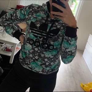 Säljer en adidas hoodie, tröjan är fake