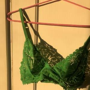Grön bralette från & other stories helt oanvänd. Frakt 12 kr. Strl 36