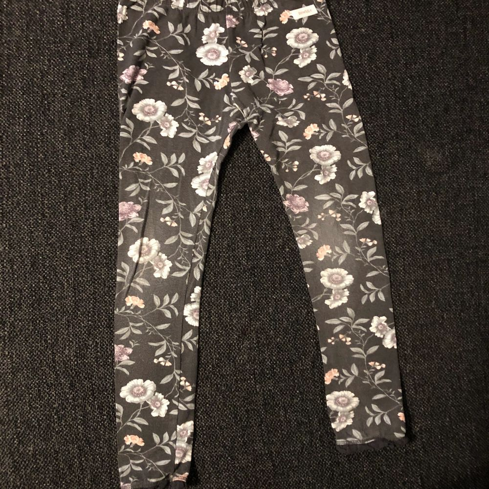 Fina tights från Newbie, ena paret är lite nött på knäna. Begagnat men i fint skick! . Jeans & Byxor.