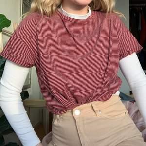En vinröd och vit randig T-shirt från Zara! Fint skick, passar XS-M.