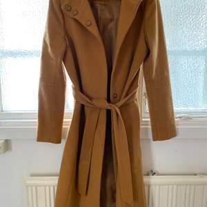 Världens finaste kappa i perfekt beige färg som tyvärr inte kommer till användning. Längden passar bra på mig som är 1.56 cm lång. Använd max fem gånger, nypris 999kr på Nelly.com.