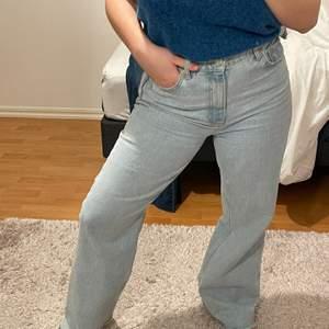 Trendiga och supersköna jeans! Har andra par jag gillar bättre därav säljer jag dessa. Storlek 40 men sitter bra på mig som oftast har 38 i byxor, dom har töjt sig litegrann! Jag är 156cm och dem är långa på mig.