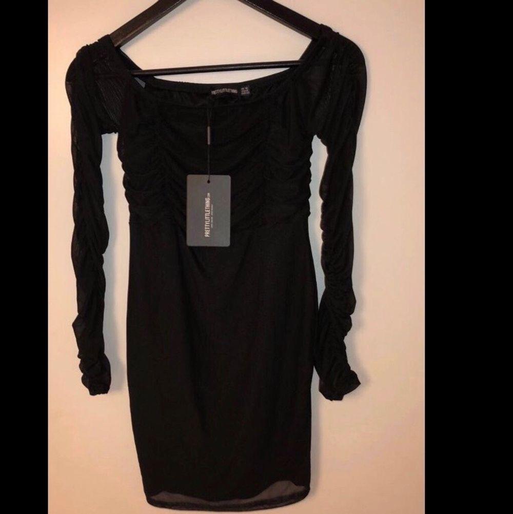 Super fin klänning med prislappen kvar och aldrig använd! den är mesh matriall och passar 36-38💛❤️. Klänningar.