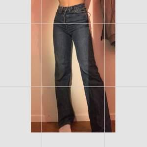 Blåa jeans från bikbok jag har storlek 32/34 is allmänhet dessa är 25💖 köptes för 600kr