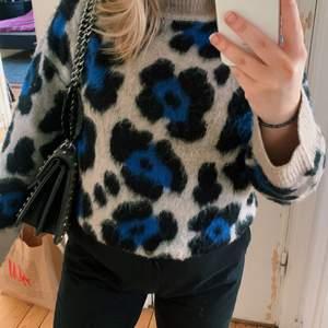 Jättefin stickad tröja från Gina, använd ett få tal gånger bara! Så fin passform och jätteskön och varm nu på vintern! Strl S!