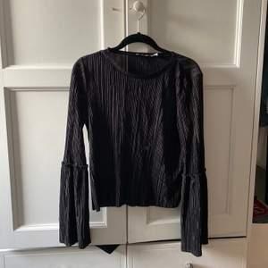 Plisserad svart blus från Nakd med fina ärmar.