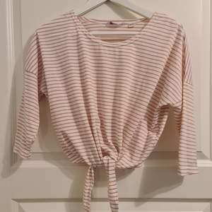 Jätte fin kortare tröja, slutar lite högre upp och kortare ärmar. Säljer pga att det inte är min stil och att den är för liten. Använt fåtal gånger, bra skick. Kontakta gärna för fler bilder eller frågor. Frakt 62kr