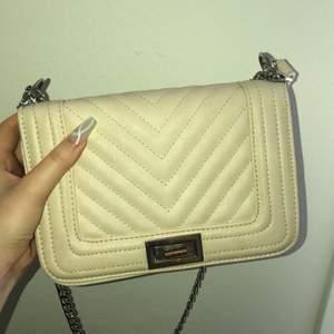 En ursnygg handväska som är använt flertal gånger men fortfarande i fint skick! Säljer på grund av att ja köpt nya väskor som ja får mer användning av. Antingen BUDGIVNING 30kr per bud eller köp direkt ! Frakt ingår ej