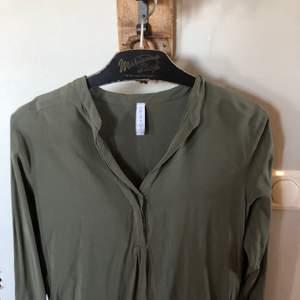 Snygg skjorta som endast är använd en gång. Säljer pga för kort i armarna och använder inte. Frakt tilkommer