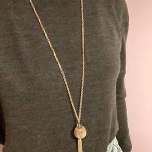 Supersnyggt halsband med inte riktigt min stil. Använd ett väldigt fåtal gånger och i bra skick. Lång kedja. Köpt på guldfynd för några år sen.💫 Pris: 15kr