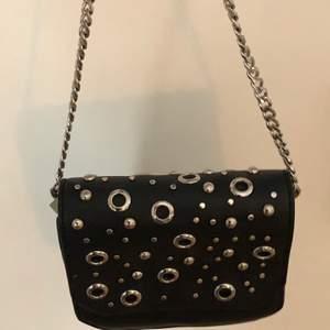 Väska med silverkedja och silverdeyaljer köpt från Zara. Köp för 100 kr eller högsta bud ✨🌚