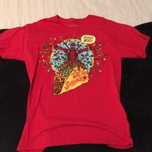 Deadpool t shirt i storlek M