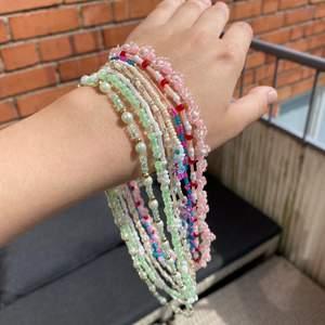 Säljer egengjorda halsband av elastisk tråd! 60kr st, 90kr med blommor. Frakt 12 kr. Går även att be om olika färger, designer och storlekar :)