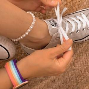 Det här är en fotlänk i vaxad bomullstråd och pärlor🌸 Välj mellan svart eller oblekt tråd för att passa till din stil✨ Du fäster fotlänken med hjälp av en ögla och en pärla. De görs på beställning efter precis din storlek❣️