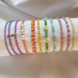 Säljer pärlhalsband och armband❤️ har massa olika färger ( swipea för att se några av dem) ÖNSKA SJÄLV EXAKT VAD DU VILL HA!) halsband och armbanden är gjorda i elastisk tråd och har ett spänne❤️❤️ armband: 35kr halsband:55kr