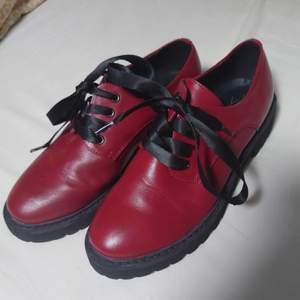 Röda skor endast använda en gång, se sulan! Jättefina med sidensnören🍀