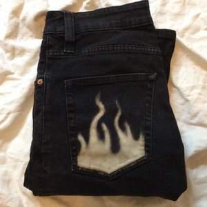 Handblekta med eld motiv på baksidan! Skinny jeans i storlek S.