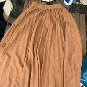 """Lång kjol från Gina är lite """"luddig"""" men inget som stör. Den är i storlek 34"""