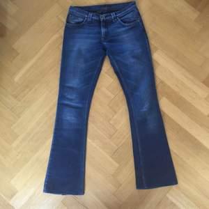 Ett par mörkblå bootcut jeans i storlek 27/32, sitter som S och går ner till fötterna på mig som är 170. De är låga i midjan. Köptes för 1499kr och är i bra skick. Frakt ingår i priset.