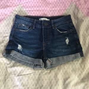 Säljer här med ett par Bershka shorts i storlek 32!   Fint skick, då de enbart är anvädna vid några få tillfällen. Djur finns i hemmet.                                        Hör av er vid intresse!