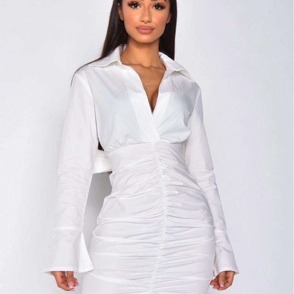 Shirt dress från jeans industry för 350kr, storlek S och har aldrig använts, denna klänning passar perfekt för en solig sommar dag!. Klänningar.