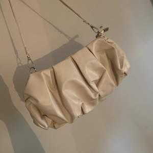 Beige axelväska <33 Vill du köpa både den svarta o den beiga så får du båda för 200 kr inkl frakt 🥰