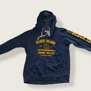 Skick 7/10.                                                                              Tunn hoodie med tryck från Rhode Island.                             Storlek L men är liten så skulle passa M.