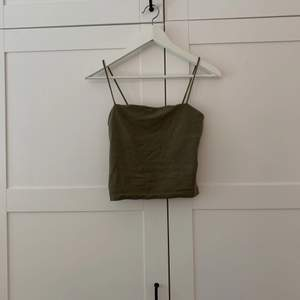 Militärgrönt linne från ginatricot i storlek s