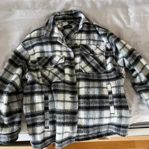 Svartvit shacket från Zara i storlek xs i nyskick. Säljer eftersom jag inte får så mycket användning av den längre. Nypris 400kr. Säljs endast vid bra bud!