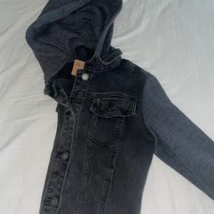 Jeansjacka från Hollister med tygärmar. Storlek M
