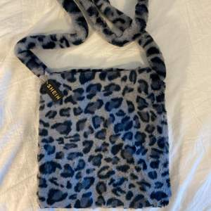 Fin blå/grå leopardmönstrad väska från SHEIN i fluffigt material. Aldrig använd, fint skick & lapp kvar