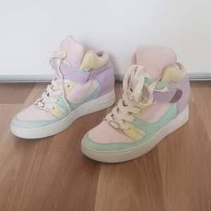 Ett par jätte söta pastellfärgade skor som är perfekta nu till sommaren💗 Använda men är i ett bra skick! Köparen står för frakten!