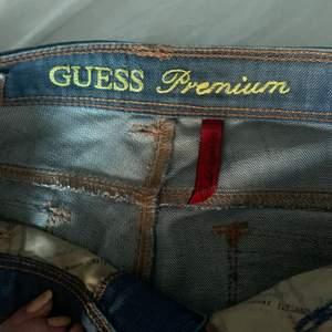 Såå fina low waisted jeans från guess premium storlek w28! Perfekt skick!❤️ bara att skriva om du har fler frågor eller vill ha fler bilder! Dem är långa i benen!