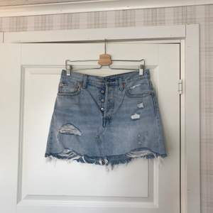 En kjol från Levi's som är super fin och bekväm. Original priset ligger på nästan 700 kronor så jag säljer för billigare:) Köpare står för frakten💗 (kan även mötas upp)