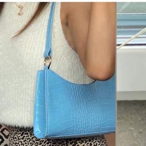 Så fin väska som passar bra till sommaren! Första bilden är lånad. Inga defekter eller slitningar, nyskick! 60kr eller eventuellt högsta bud