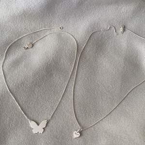 Halsbandet med fjäril: Äkta silver ifrån Syster P, nypris 599kr säljer för 300 eller bud 🦋 Knappt använt. Halsbandet med hjärtat: Äkta silver ifrån Guldfynd, nypris 229kr. Säljer för 140kr eller bud 🤍 Använt ca 3 gånger. Gratis frakt! Vill man ha båda kan vi komma överens om ett paketpris.