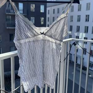 Superfint linne ifrån hm, använd enstaka gånger så i fint skick! Frakt tillkommer på 45kr