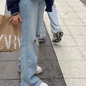 Blåa jeans med hål. Så fina till sommaren. Köptes för 399kr💕
