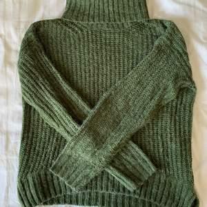 Säljer denna supersköna high-neck stickade tröjan!💚 Tröjan är i fint skick och sitter bekvämt. Storlek S. Köparen står för frakt.