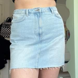 jeanskjol med slitning längs kanten. 🦋🦋🦕🦕