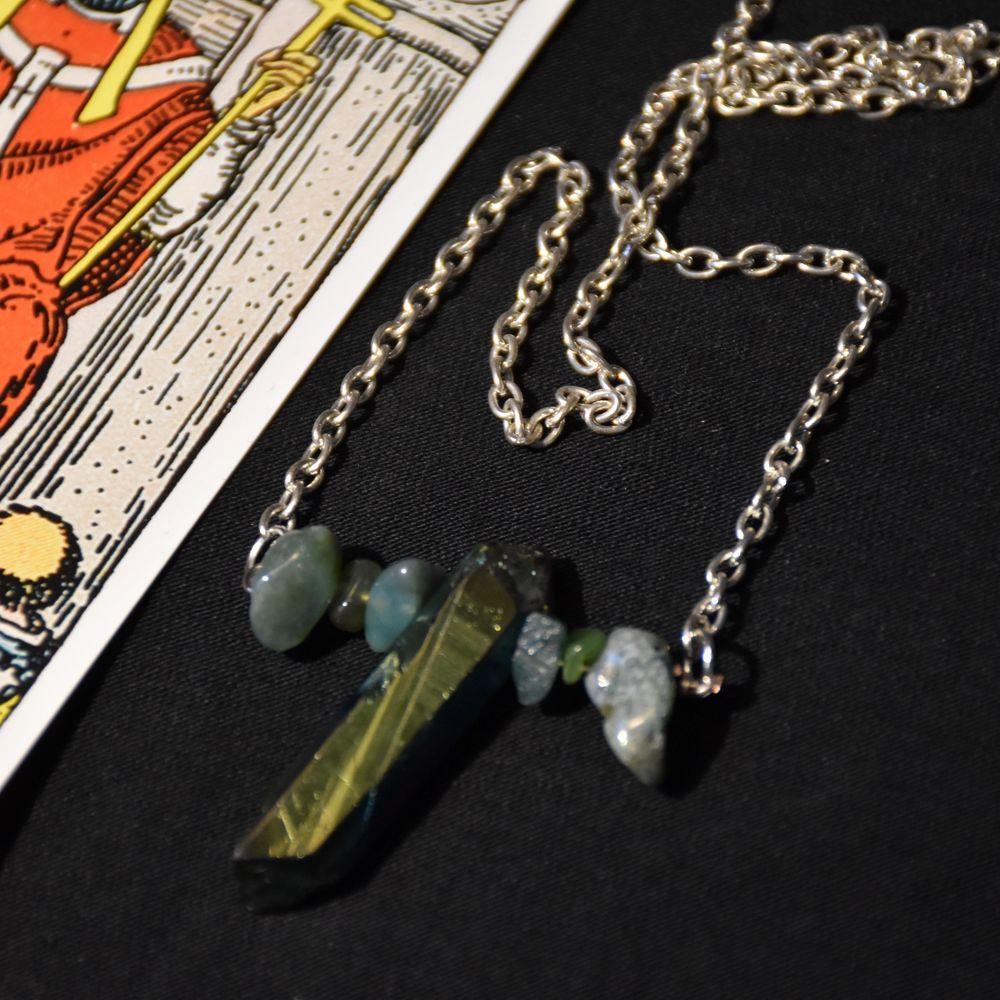 Halsband med en silvrig kedja, färgad bergskristall spets och äkta mossagat. . Accessoarer.